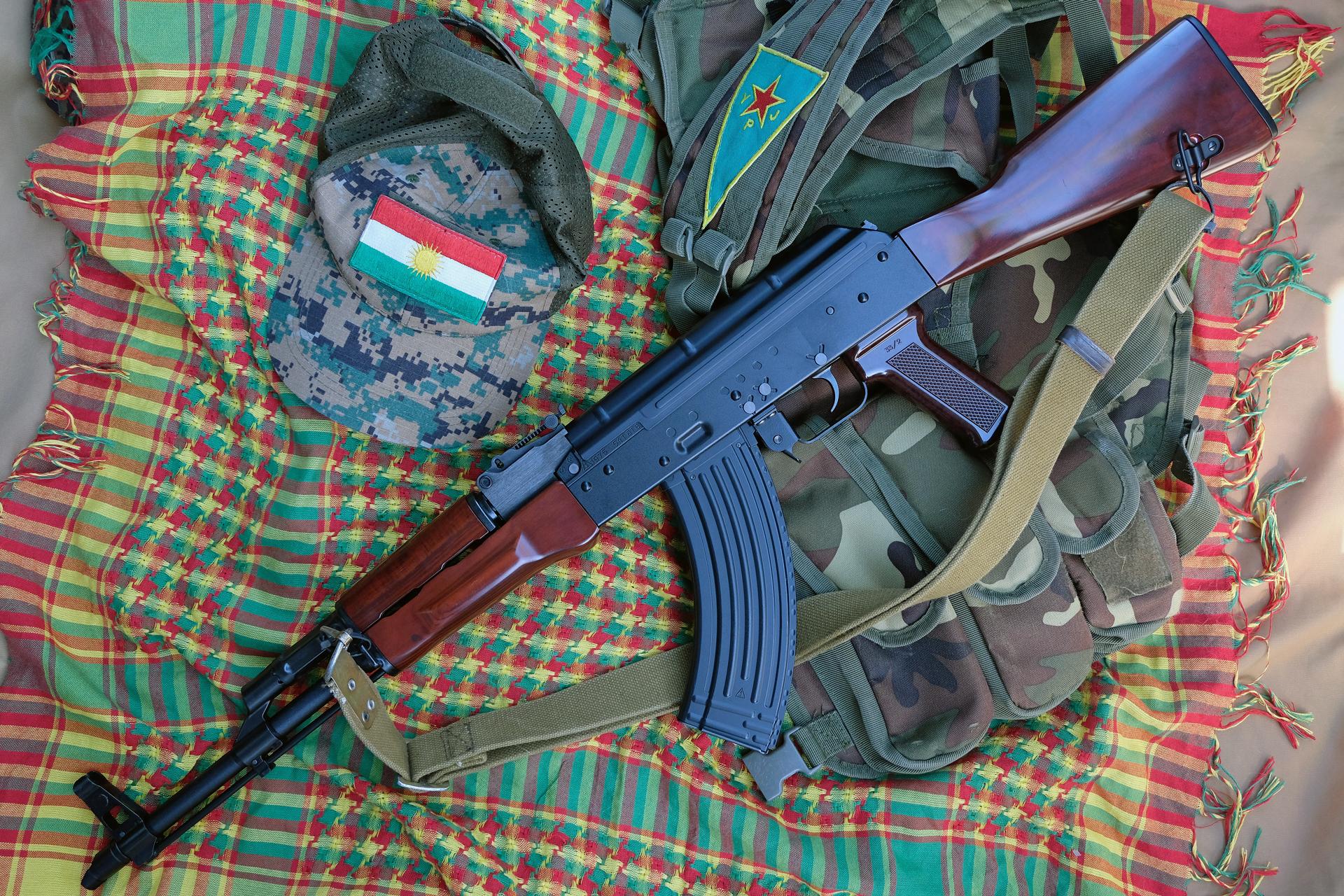 スリングは実銃用ロシアタイプ。一見してエアソフトガンとは思えない。