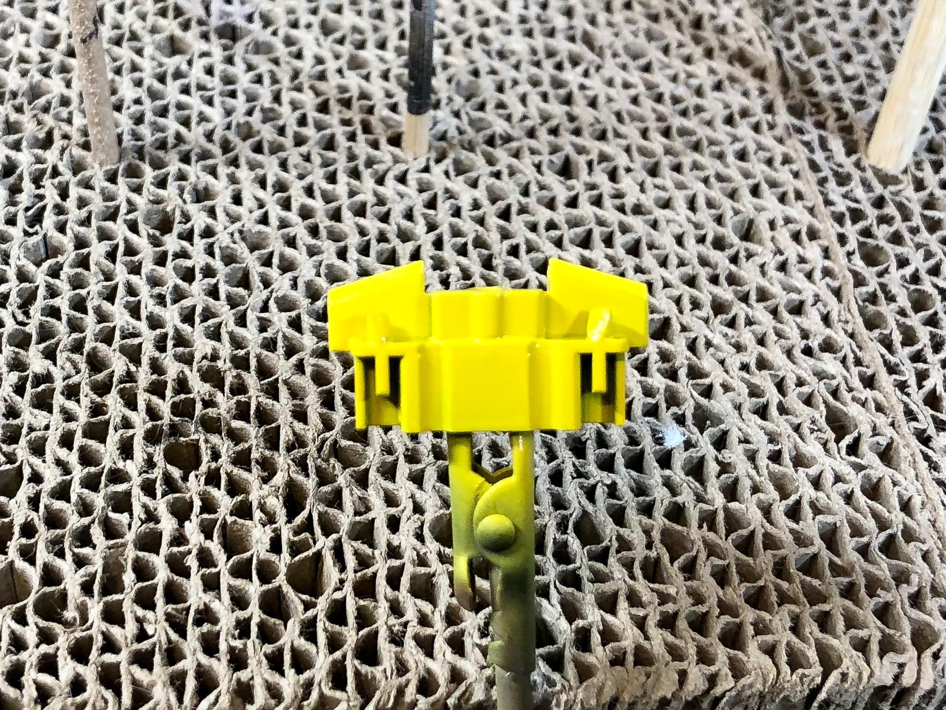 ダクトの黄色部分にはGSIクレオスの「Mr.カラーGX キアライエロー」を使用しました。黒下地に黄色は色が乗りにくいので少し濃い目にして塗布すると塗りやすいと思います
