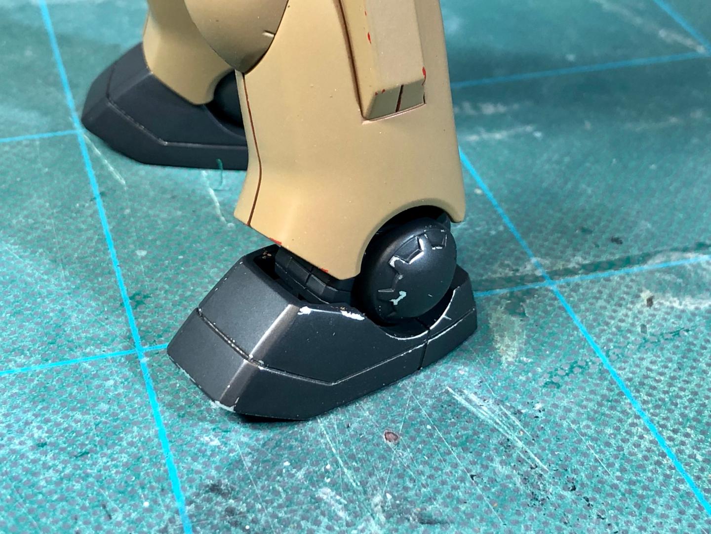 チッピング完了後の脚部。爪先などを中心に下塗りのシルバーを露出させダメージ表現を行なっています