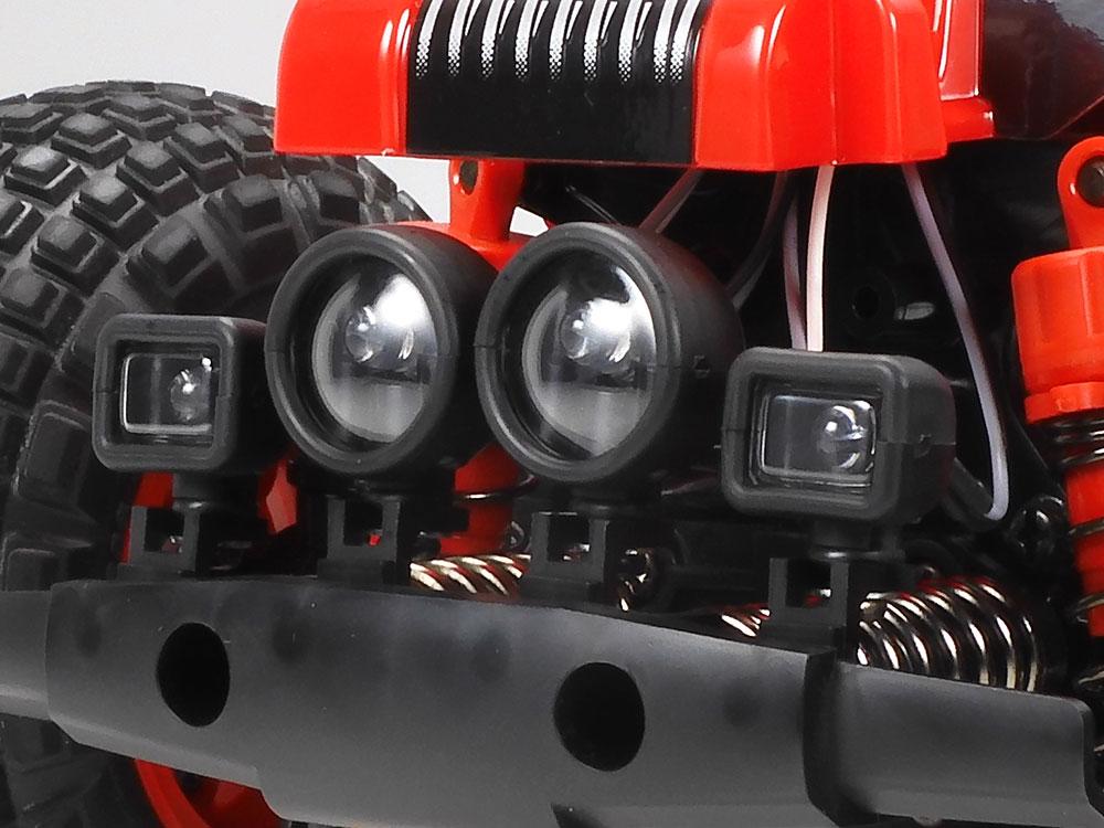 フロントバンパーに取り付けできる、丸形と角形の補助ランプを4個ずつ用意