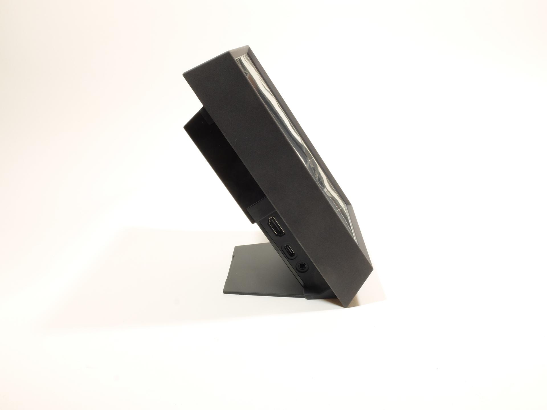 左側面下部奥にはHDMI入力、USB Type-C端子、音声出力端子を備える