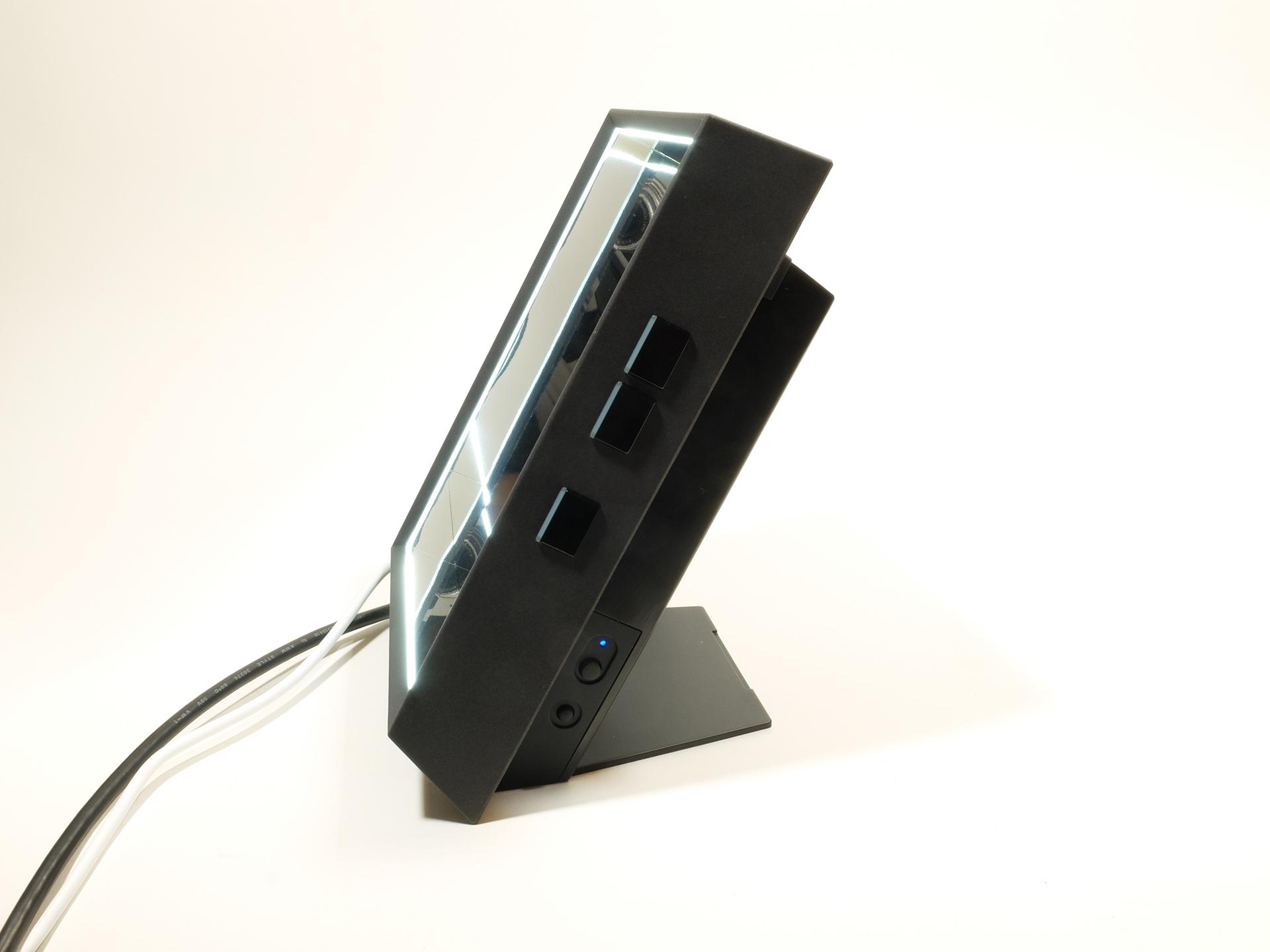 右側面には「スタンドアローンモード」の操作スイッチを装備。下部奥には電源スイッチとディスプレイの額縁部に内蔵するホワイトLEDのオンオフスイッチがある。額縁部のホワイトLEDは4段階で明るさをコントロールできる