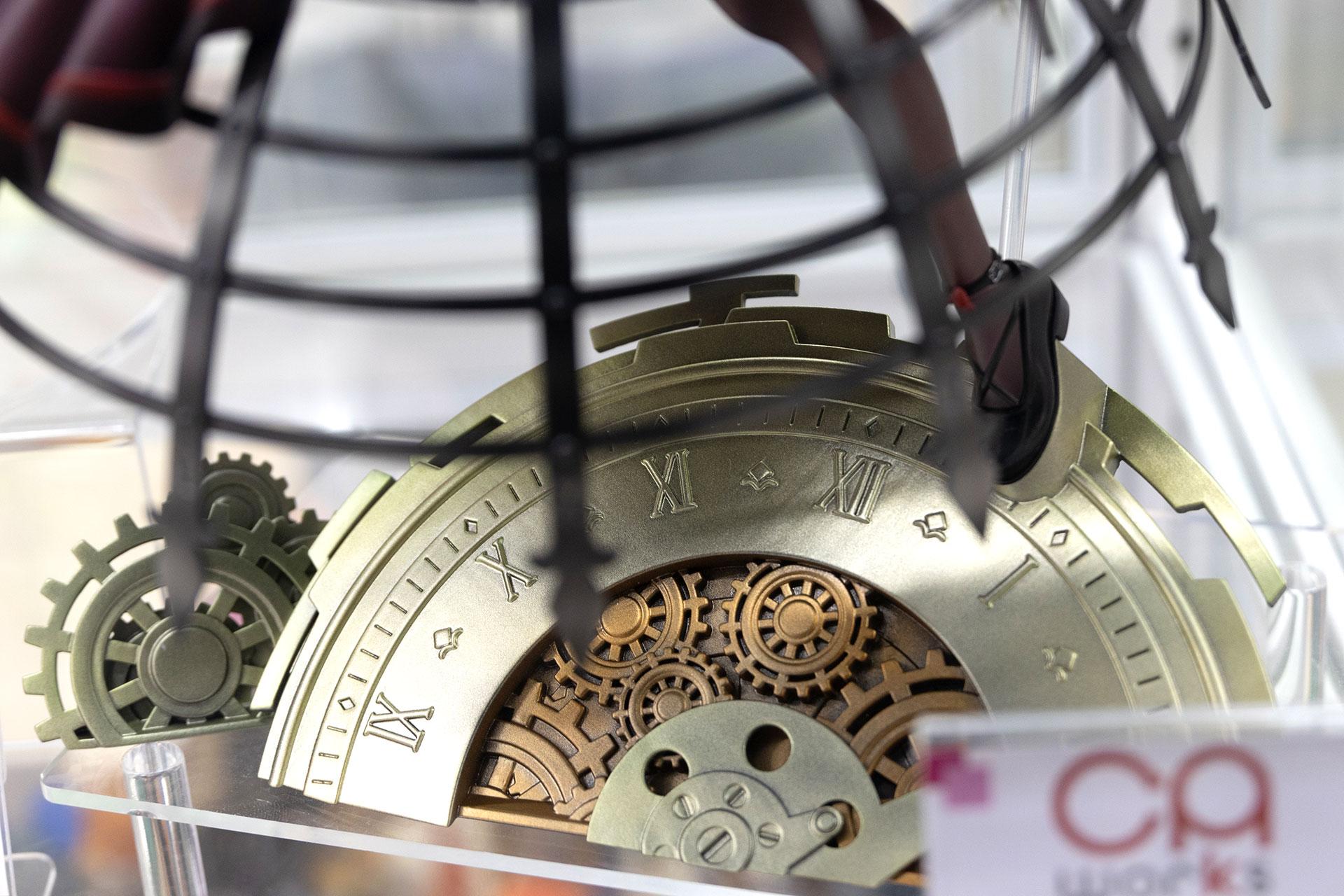 こちらが台座部分。実際に時計として動くわけではないが、そうしたギミックが仕掛けられていてもおかしくないぐらいの質感だ