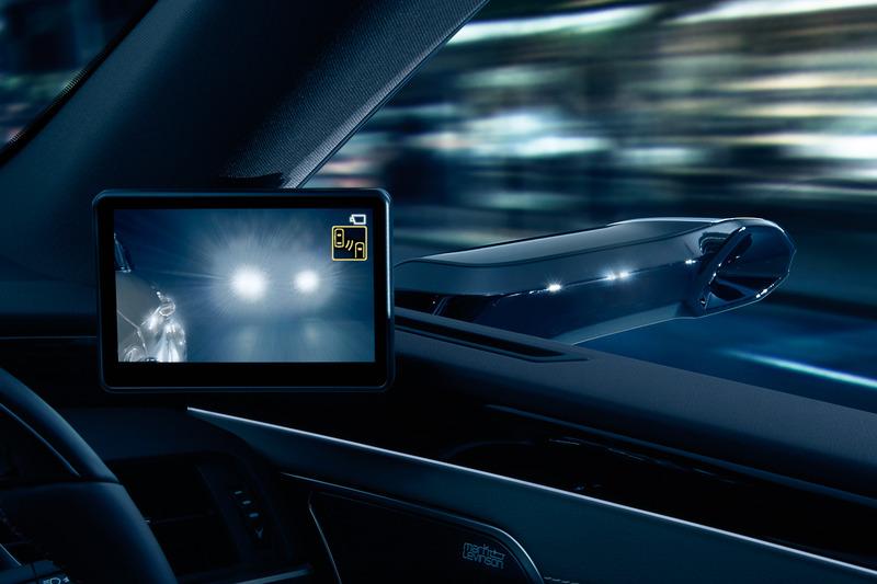 カメラで撮影した車両後方の状況をディスプレイに表示
