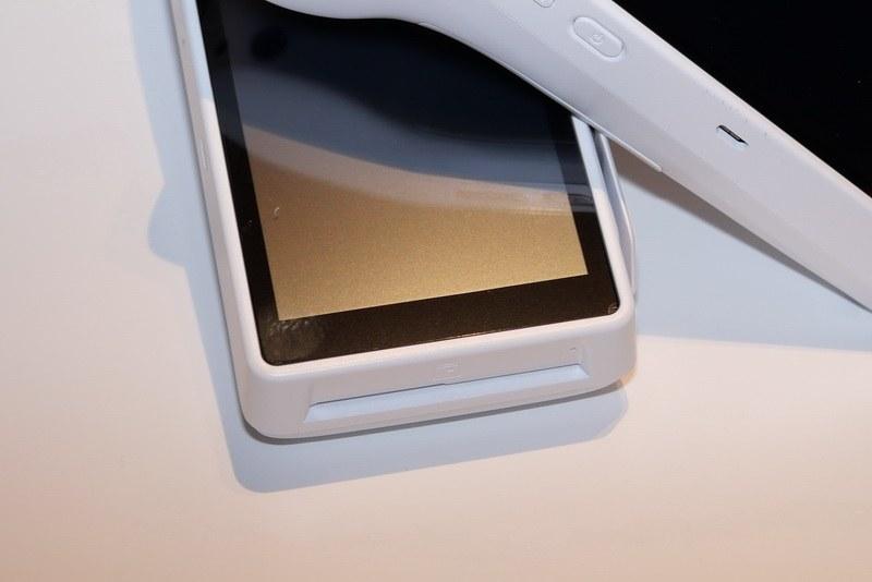 本体手前にICカードの挿入口を用意し、ICクレジットカードの読み取りが可能