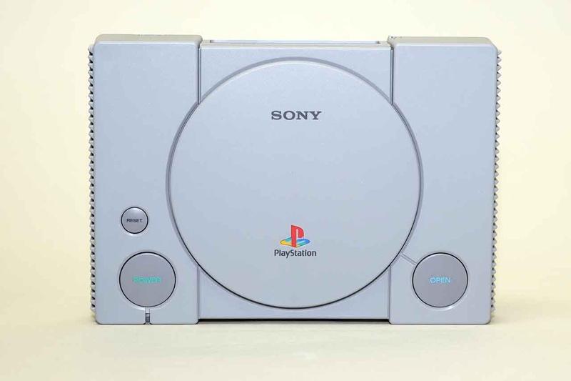 本体正面。PS1のデザインがそのまま再現されている。各ボタンは実際に押すことができて、それぞれに役割がある。もちろん、CDドライブは搭載されていない