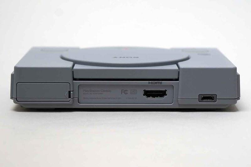 本体後面。端子は2つあり、HDMI(左)と電源用のmicroUSB(右)のみ。左側には、初代からSCPH-7500まで搭載されていた「拡張用パラレル入出力端子」を隠したフタがデザインされている