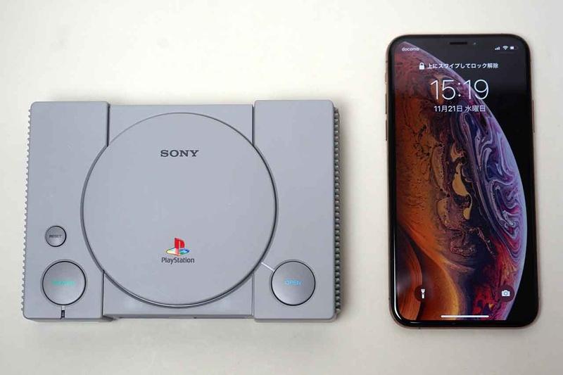 iPhone XSと比較。スマホよりは大きいのだが、従来のサイズから考えると驚くほど小さい