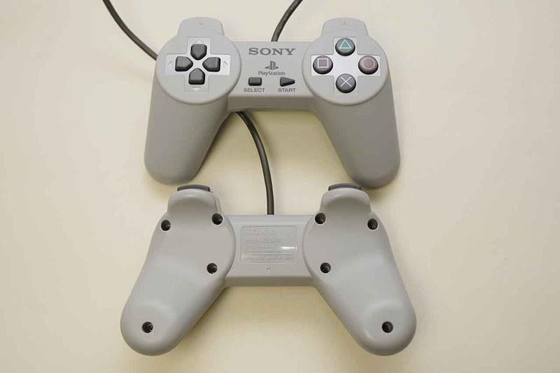 PlayStation Classic付属のコントローラー。USB接続になっているが、デザインなどは初代PS1のものと同じだ
