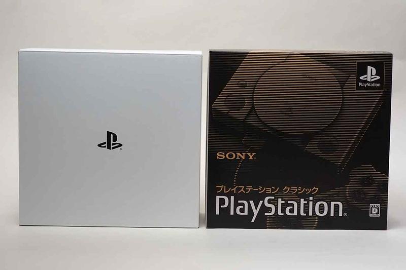 PlayStation Classicの外箱。PS1発売当時の外箱を模したデザインだが、中には白い内箱が
