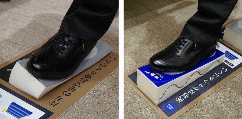 左が通常のクッションで右がミズノウエーブ。通常のクッションでは片足立ちができなかったが、ミズノウエーブでは片足立ちをしても安定していた
