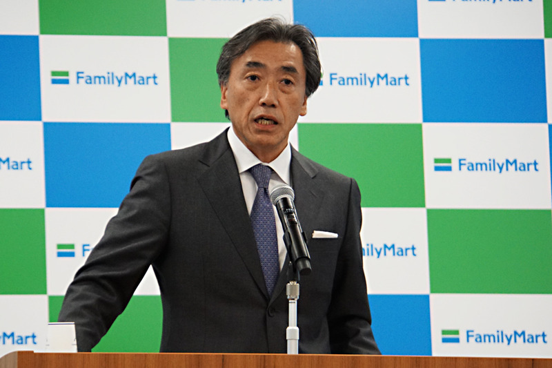 時間営業について説明するファミリーマート 代表取締役社長 澤田貴司氏