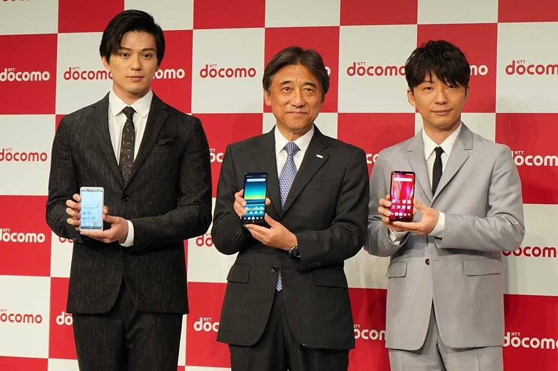 左から新田 真剣佑さん、ドコモ吉澤社長、星野源さん