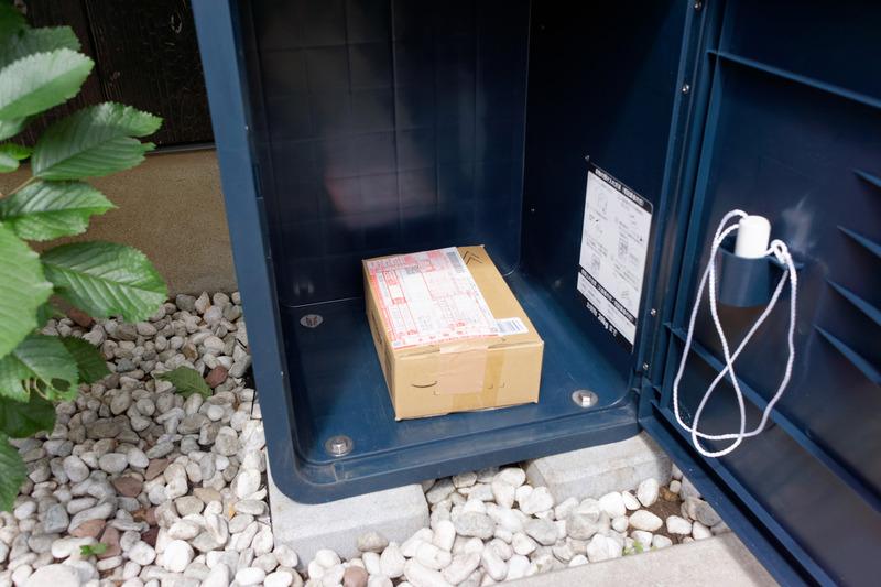 伝票を貼り付けた荷物を宅配ボックスへ