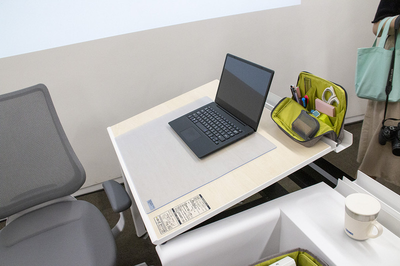 デスクマットによりノートPCが滑らないほか、奥の溝にはハコビスやスマホなどを設置できる