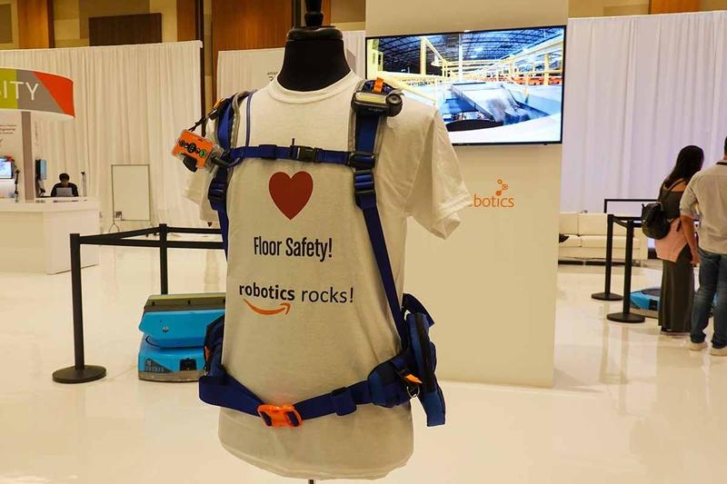 Amazonのファシリティ内で使われている「Robot Safe」。これを着て、事故が起こらないように人間も作業をする