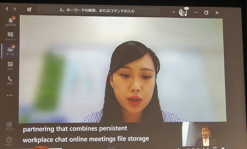 ライブキャプション機能。女性が話す英語をAIが認識し、リアルタイムに字幕を表示