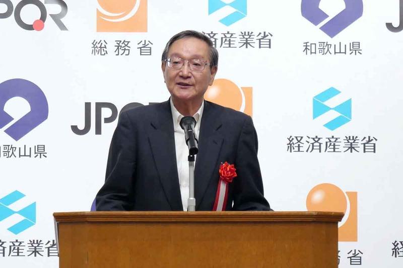 挨拶する、キャッシュレス推進協議会 会長の鵜浦博夫氏
