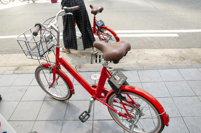 メルチャリの自転車。赤くて目立つが使うのに支障のないデザイン
