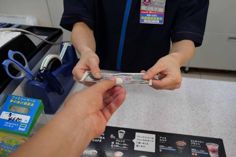 チャージ金額を店員に支払う