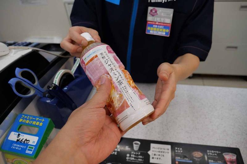 レジで購入したい商品を渡し、「FamiPay」で支払いたいと言う