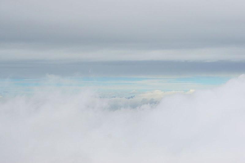 富士山5合目からの風景。あいにくの天気だったが遠くに青空が見えた