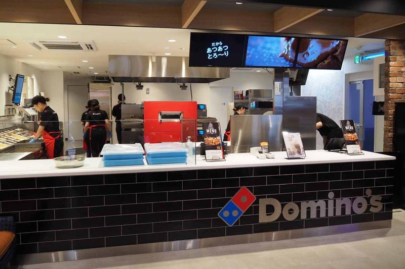 レジの後ろにはオープンキッチンで、ピザを調理する様子を見ることができる