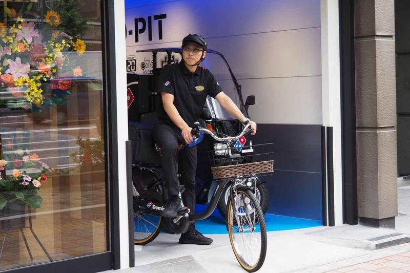 デリバリーバイクからピザを届けるための自転車が発進