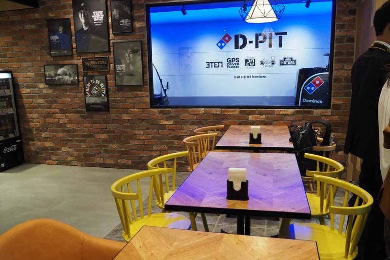 店内にはイートインスペースも設けられ、D-PITの様子が見える大きな窓が設置されている