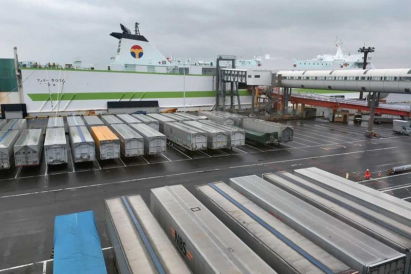 大量の積み荷の奥に見えるのが、今回乗船する「りつりん」
