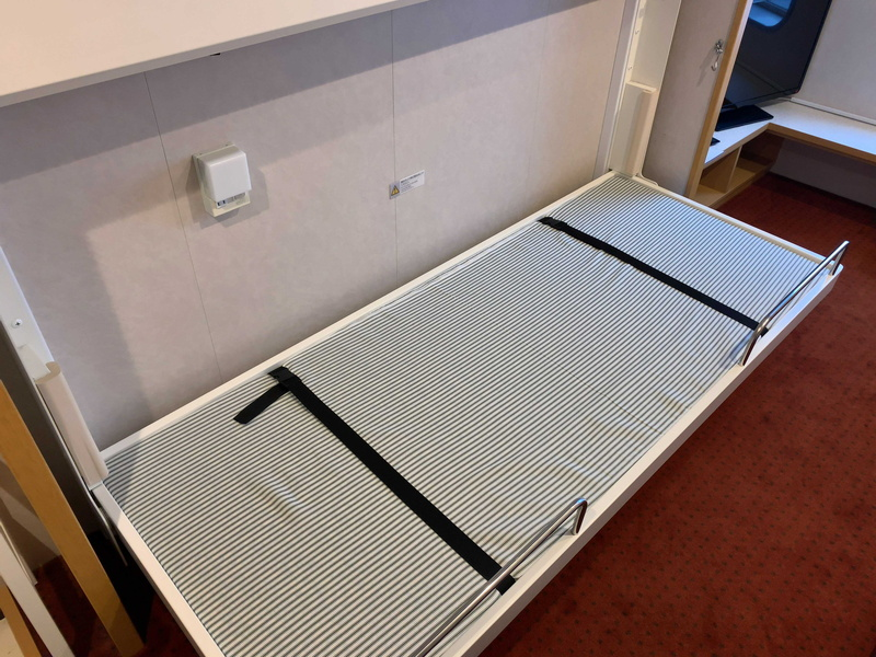 個室は折りたたみ式の二段ベッド