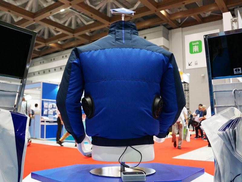 エアリージャケット背面。両脇腹部分にファンを装備。バッテリーはジャケットの中に収納できるという