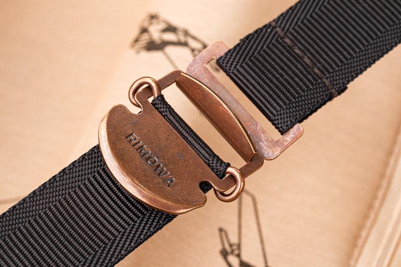 ベルトは、環を引っかけてタブを引くだけですぐ固定できる優れもの。外すのも一瞬でできる