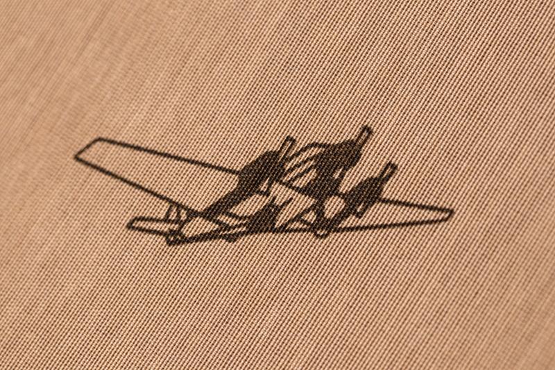 内張の飛行機はプロペラが3カ所あるので、かつてリモワが宣伝で飛ばしたユンカースJu52がモチーフなのかも知れない