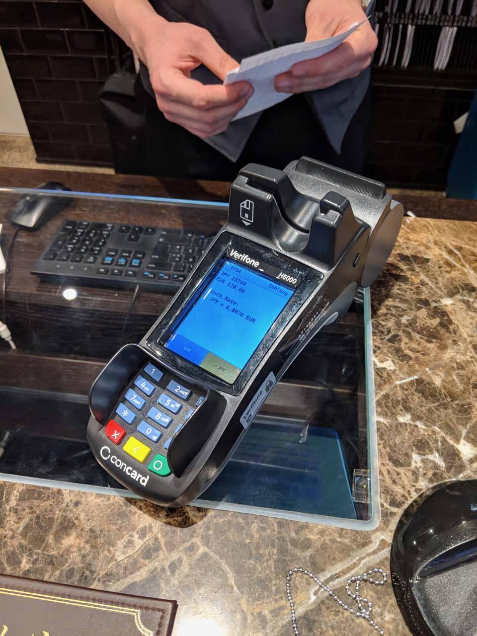 DCC(Dynamic Currency Conversion)の一例。ホテル代の支払いをユーロ建てか日本円建てかで選択できる