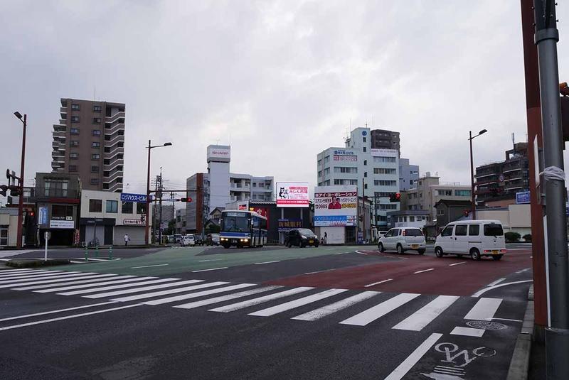 江平五差路。交差点自体は広く、見通しもよい