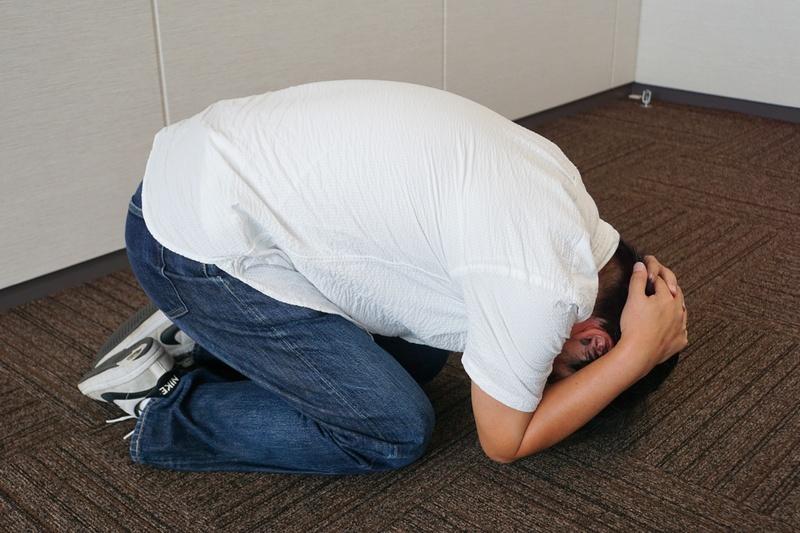 頭を守る時は膝をつく。しゃがむだけや体育座りも良くないとのこと