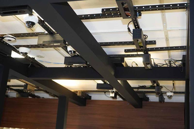 天井に約40台のカメラ