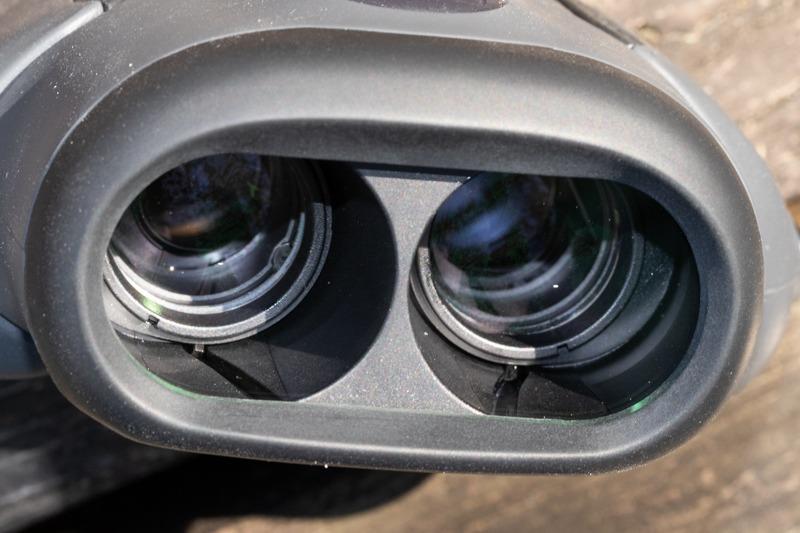 無限遠時の対物レンズ。近接するに従って斜めの溝に沿って動き、左右レンズの間隔が狭まる仕組み