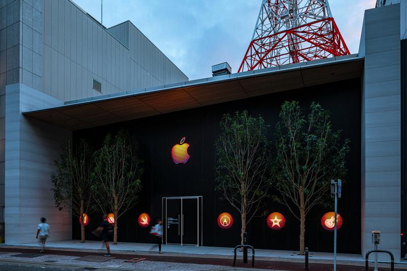 「Apple 福岡」。Appleのロゴをデザインした仮囲い