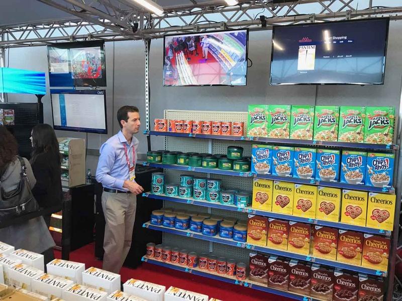 NRF 2019でのAWMのSmart Shelfのデモ。来店者の行動に合わせて表示が変化するスマート商品棚を展開する同社だが、その技術を応用してAmazon Go型店舗の技術デモを披露している