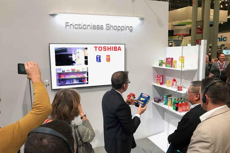 NRF 2019での東芝の無人店舗デモ。2つのカメラで商品棚と人の動きを同時に追跡する
