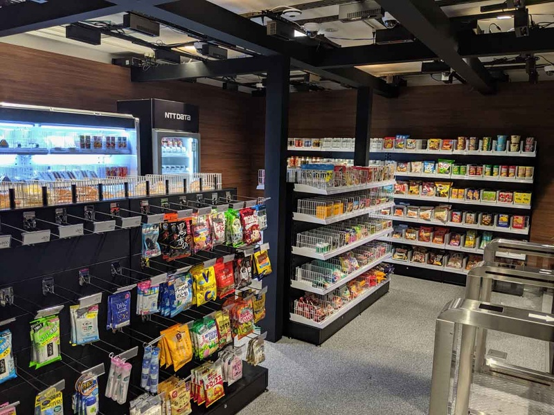 NTTデータのレジなし店舗の内部。天井に2種類のカメラがあることがわかる
