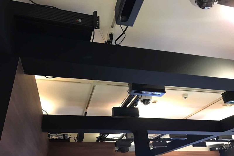 天井の梁の部分にサーバが乗っているのが確認できる。これが30m@em|sp|2@@のスペースに目視で3台確認できた