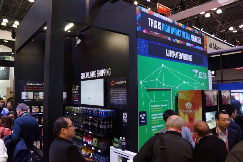 NRF 2019でのIntelブース。CloudPickのレジなし店舗技術のデモンストレーションが行われているほか、JD.comの画像認識自販機も紹介されている