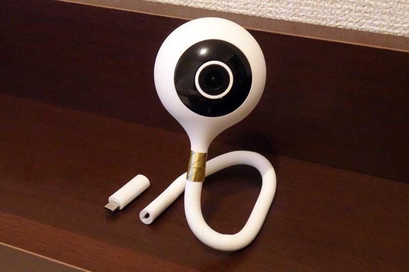 フレキシブルアームで自立できるスマートホームカメラ。同梱の気温/湿度センサーは本体と電源ケーブルの間に挟み込む形で接続できる
