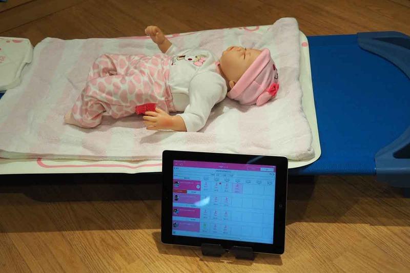 昨年から提供している「午睡見守りサービス」。センサーで寝ている様子を見守り、アプリに状態を記録することができる