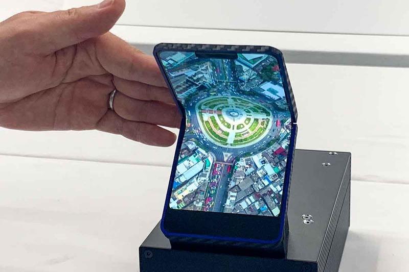シャープが4月に公開した、自社製の「フォルダブル有機ELディスプレイ」。6.1インチであるのは、AQUOS zero用のディスプレイ技術を応用したためで、サイズなどの自由度は高いという