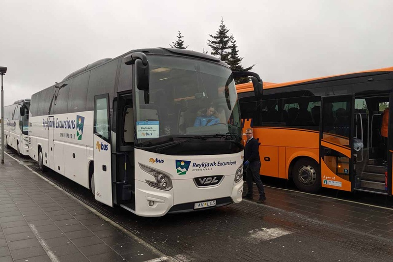 空港と市内移動はこのようなツアーバスを予約して乗車する。市内のバスターミナルまでは1時間ほどかかり、そこから各ホテルまでの移動でさらに30分ほどかかる