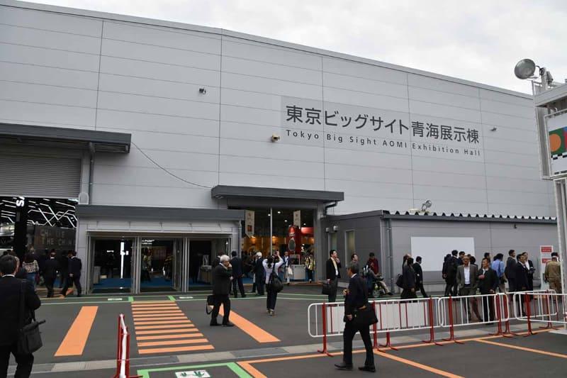 トヨタブースはパレットタウン側の方にある東京ビッグサイト青海展示棟の入口。いわゆる「東京ビッグサイト」のあの建物からは約2km離れている